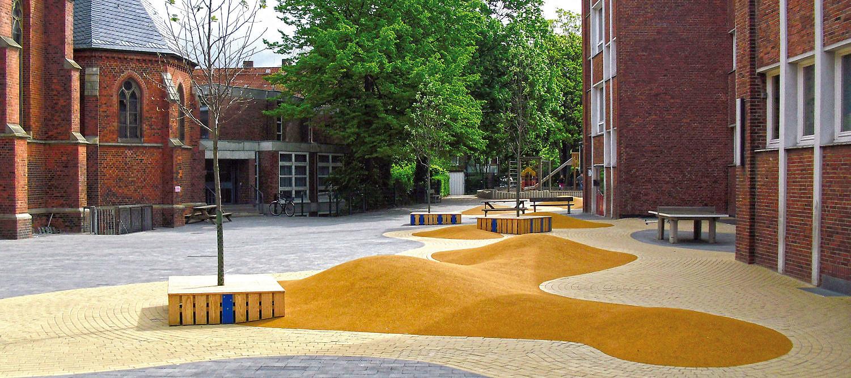 Moderne Schulfohgestaltung mit Dünenlandschaft
